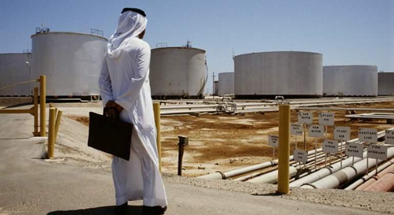arabe-mira-deposito-crudo-petroleo-reuters