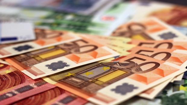 billets-de-banque-euros-argent-zone-euro-monnaie-riche_620x350
