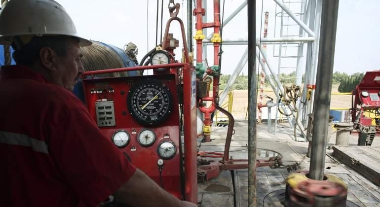 trabajador-supervisa-pozo-petroleo